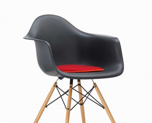 eames-plastic-arm-chair-daw-seat-dot-black